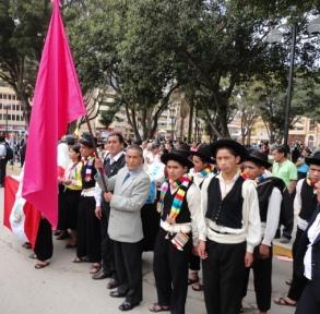 Los panatahuas portan la bandera de la Revolución